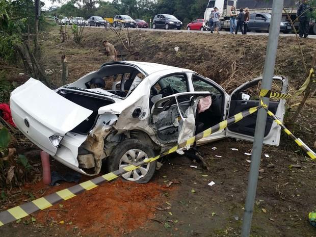 Táxi capotou na BR-280 após perseguição policial  (Foto: PRF/Divulgação)