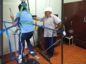 Dimas não sai nem um só minuto do lado do filho durante fisioterapia (Foto: Carolina Paes/ G1)