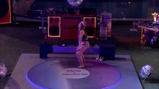 Vivian dança funk sozinha