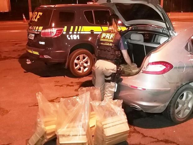 Droga estava escondida no porta-malas de um Chery (Foto: PRF/Divulgação)