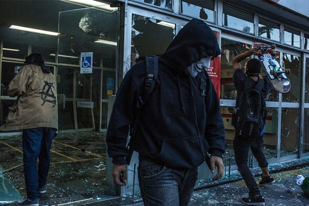 Black Blocs destróem uma agência bancária durante protesto no 7 de Setembro em 2013 (Foto: Mauricio Lima/The New York Times/POY Latam 2015)