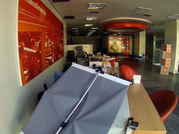 Agência do Banco Itaú é arrombada em Salvador (Foto: Imagens/TV Bahia)