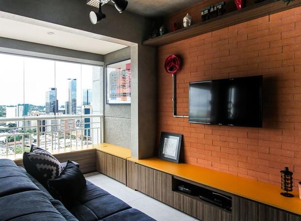 Loft com estilo industrial tem cores vibrantes e boas for Paredes estilo industrial