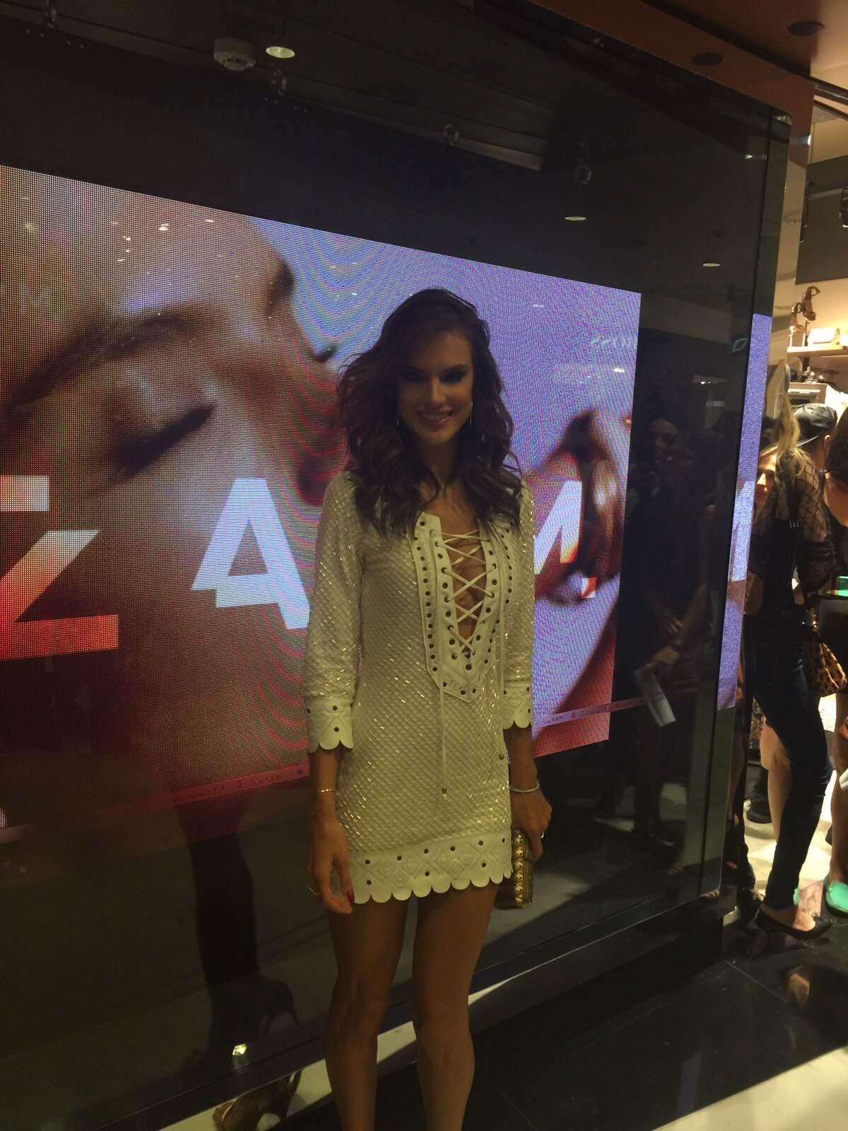 Alessandra Ambrósio arrasa em look sexy e fala sobre preparativos para o Victoria's Secret Fashion Show