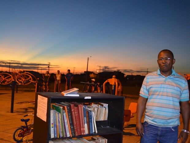 Comunicador diz que recolhe livros durante a noite (Foto: Dennis Weber/ G1)
