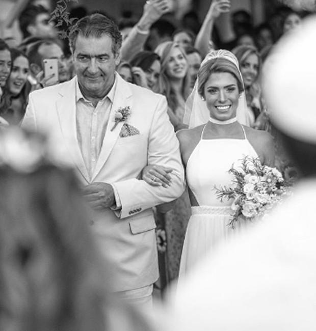 Bia Feres caminha ao altar de braço dado com o pai (Foto: Reprodução/Instagram)