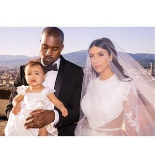 Kim Kardashian e Kanye West com a filha, North (Foto: Instagram/ Reprodução)