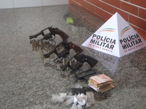 Armas, munições,drogas e dinheiro foram apreendidas pela Polícia. (Foto: Kaleo Martins / G1)