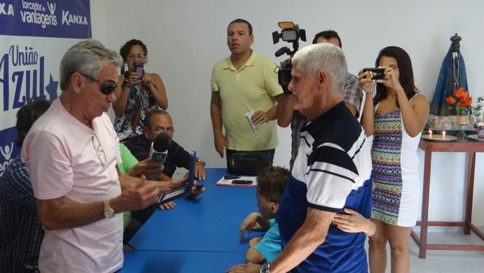 Castanha é homegeado pelo CSA e recebe placa do presidente Roberto Mendes (Foto: Denison Roma/GloboEsporte.com)