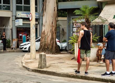 Germano vê Lili saindo do estúdio de Rafael e rola climão
