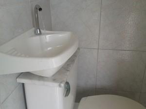 Marceneiro de São Paulo conecta pia em caixa acoplada para reúso de água na descarga