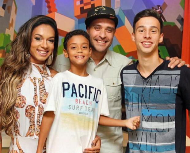 Diogo Nogueira reunido com a família (Foto: Mais Você/TV Globo)