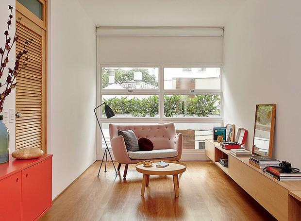 persiana-sofa-luminaria-de-chao-janela-madeira (Foto: Victor Affaro/Editora Globo)