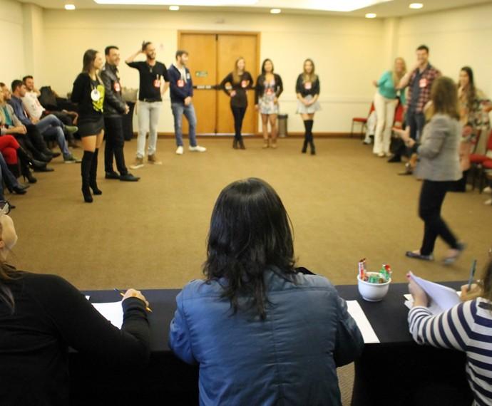 Observados pela equipe do reality, candidatos particiapm de dinâmica de grupo (Foto: Gshow)