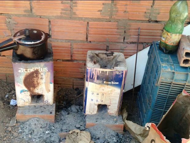 Pedreiro cozinhava o feijão em fogão de carvão improvisado para economizar gás. (Foto: Rogério Bonifácio/Arquivo Pessoal)