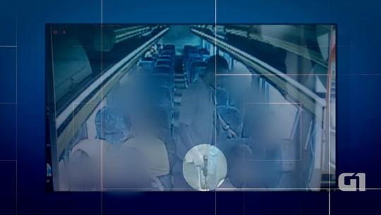 Bandidos assaltam ônibus e roubam a arma de subtenente da PM; vídeo