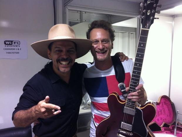 Neto Fagundes ao lado do guitarrista Rafa Schuler ainda no camarim do Planeta (Foto: Luiza Carneiro/ G1)