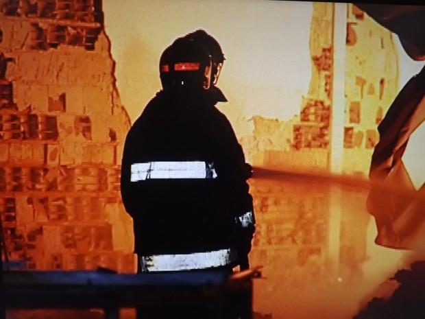 Equipes dos bombeiros trabalharam mais de 12 horas para controlar as chamas (Foto: Reprodução/ TV TEM)