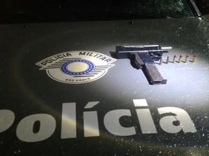 Submetralhadora foi apreendida com dupla (Foto: Divulgação/ 3 BAEP Polìcia Militar)