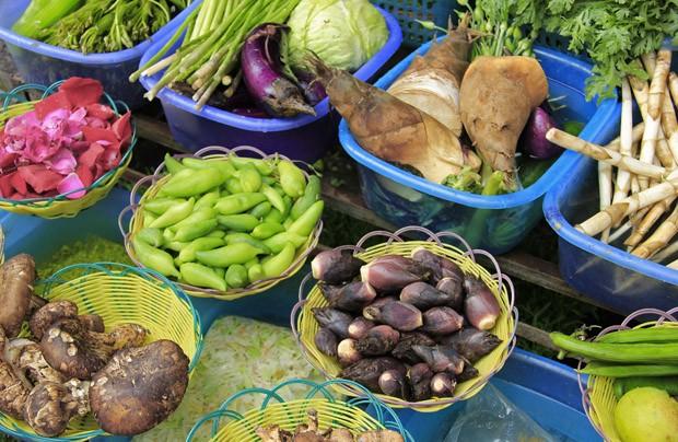 Restaurantes da pequena Dali, em Yunnan, exibem diversidade de vegetais como cogumelos, flor de banana e broto de bambu que podem ser escolhidos na hora para compor um prato (Foto: Giselle Paulino)