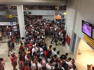 torcida são paulo aeroporto londrina (Foto: Marcelo Hazan)