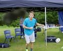 Truque ou habilidade? Özil volta a fazer malabarismo com chiclete e acerta câmera