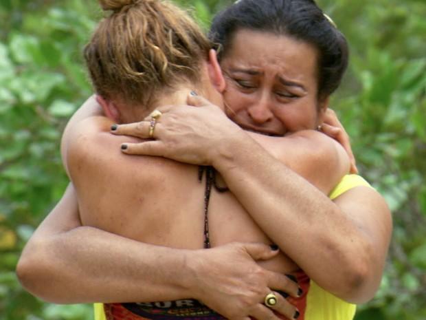 Abi-Maria e sua mãe se encontram em um dos episódios do programa Survivor Goiás (Foto: Divulgação/CBS)