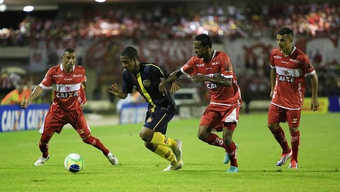 Atleta tricolor tenta jogada cercado por atletas regatianos  (Foto: Ailton Cruz/ Gazeta de Alagoas)