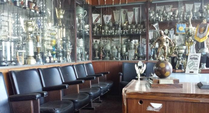 Sala de troféus do Serrano, onde o documento foi encontrado dentro do armário (Foto: Chandy Teixeira/GloboEsporte.com)