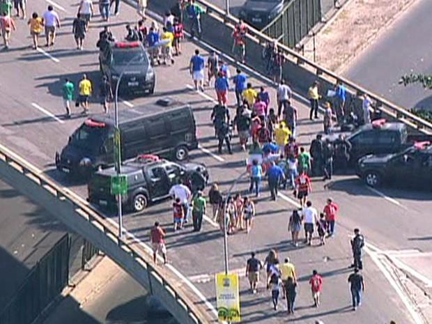 Policiamento no acesso ao Maracanã (Foto: Reprodução/TV Globo)