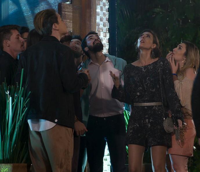 Adriana fica tensa com a loucura da amiga (Foto: TV Globo)