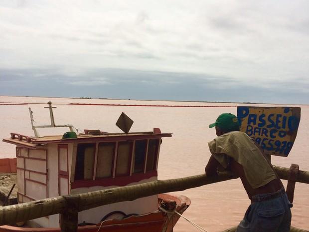 Passeios de barco que antes levavam turistas em Regência agora atendem pesquisadores e funcionários que trabalham com as consequências do desastre ambiental (Foto: Flávia Mantovani/G1)