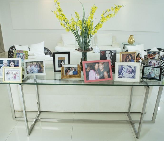 Casal tem fotografias por toda a casa (Foto: Felipe Monteiro/Gshow)