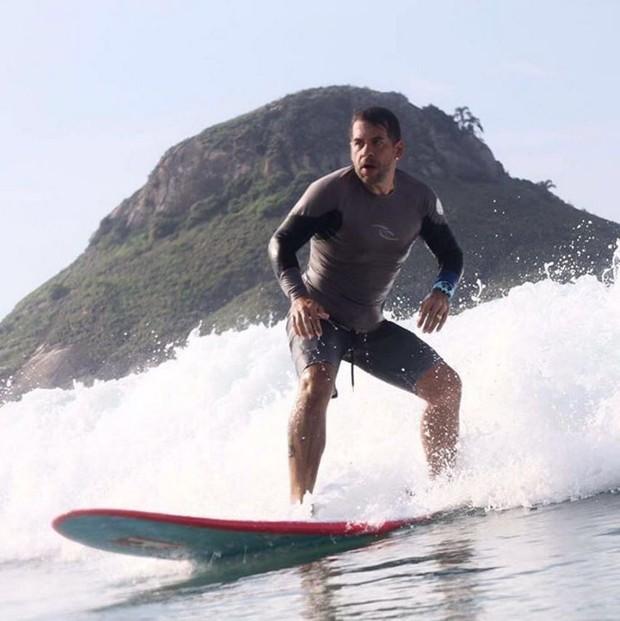 Leandro Hassum praticando surfe (Foto: Reprodução/Instagram)