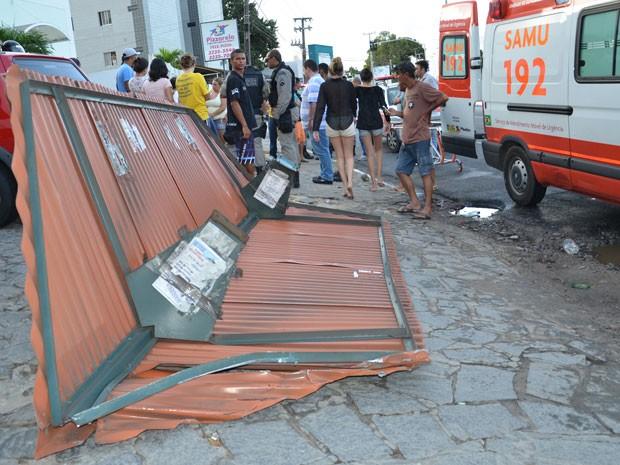 PPonto de ônibus foi derrubado pelo caminhão que subiu na calçada,deixando uma pessoa que estava no local ferida (Foto: Walter Paparazzo/G1)