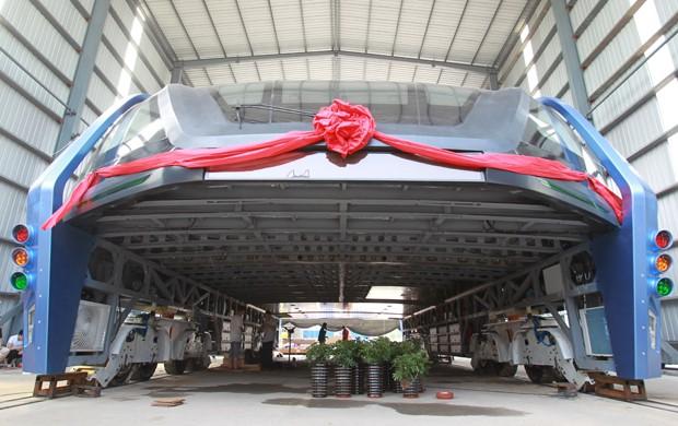 Ônibus elevado é visto nesta quarta-feira (3), em Qinhuangdao, na China (Foto: REUTERS/Stringer)