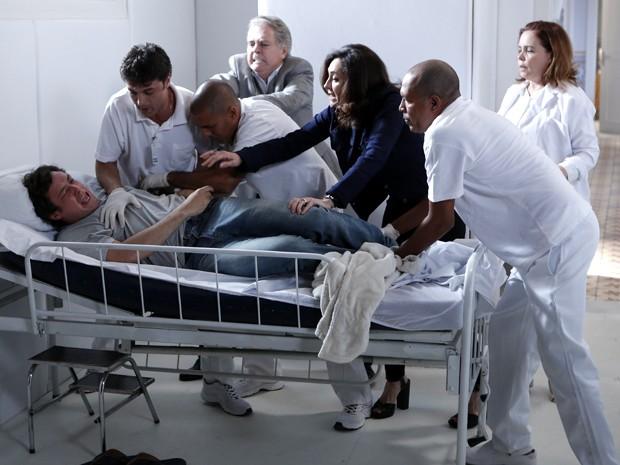 Caíque se desespera na clínica e causa tumulto (Foto: Felipe Monteiro/ Gshow)