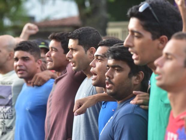 7º Dia: em frente ao BME, homens e mulheres fazem bloqueio contra a saída de militares (Foto: Marcelo Prest/ A Gazeta)