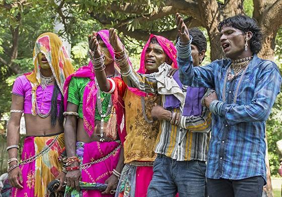 Não é permitida a participação de mulheres no Gavari. Por isso, homens disfarçados protagonizam os papéis femininos  (Foto: © Haroldo Castro/Época)