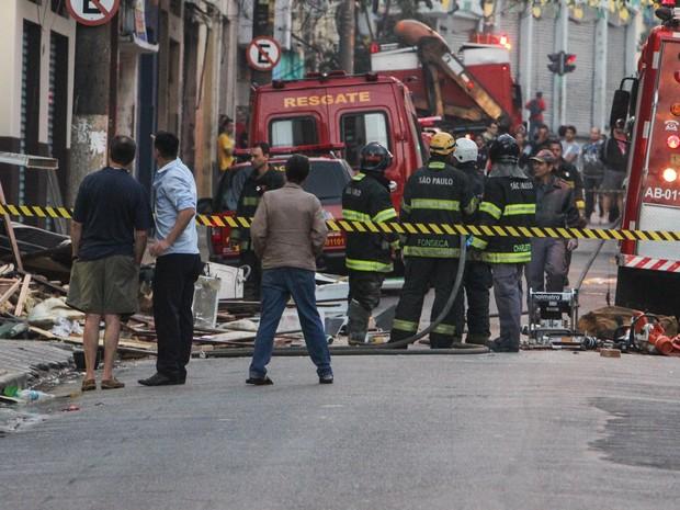 Explosão atinge pensão no cruzamento das ruas Barão de Iguape e Glicério, na região da Liberdade, centro de São Paulo, na manhã deste sábado (23) (Foto: Marco Ambrósio/Agência Estado)