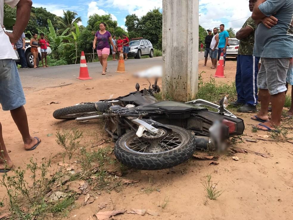 Dois homens suspeitos de assaltos colidiram com o carro em Alhandra, na Paraíba (Foto: Walter Paparazzo/G1)