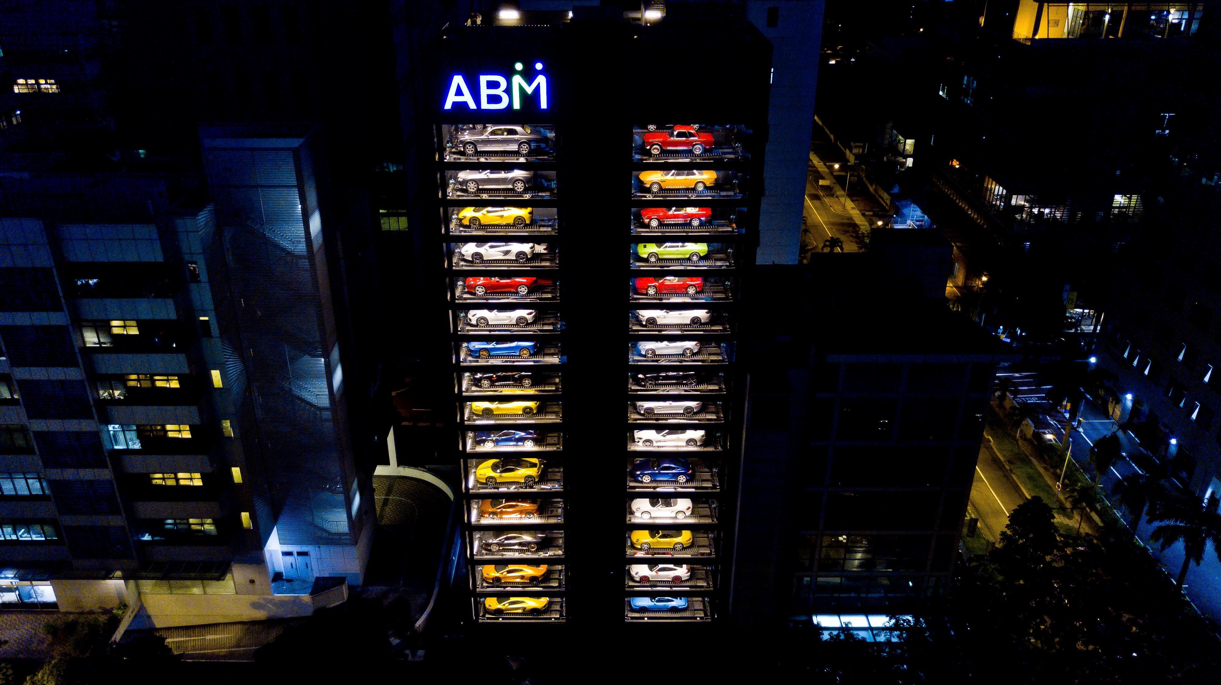 O edifício comprado pela Autobahn Motors, que parece uma máquina de vendas gigante (Foto: Reprodução/Youtube)
