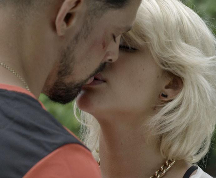 Belisa convence Juliano a ficar no Rio (Foto: TV Globo)