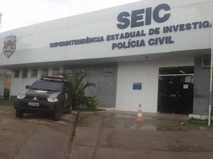Parentes dos detidos foram para a Superintendência Estadual de Investigações Criminais (Seic) (Foto: João Ricardo/G1)