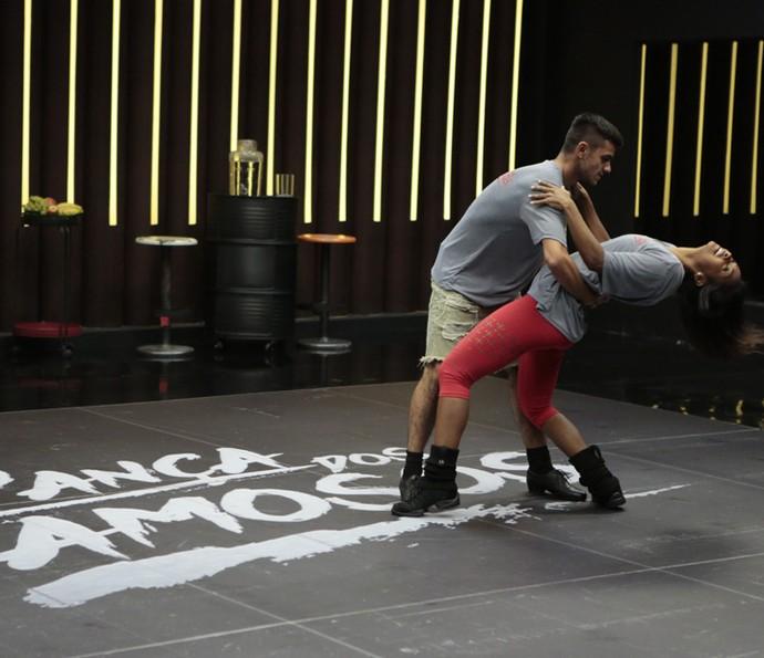 Felipe passa a coreografia com sua professora (Foto: Felipe Monteiro/Gshow)