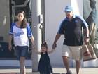 Mila Kunis é clicada passeando com o pai e a filha por Beverly Hills