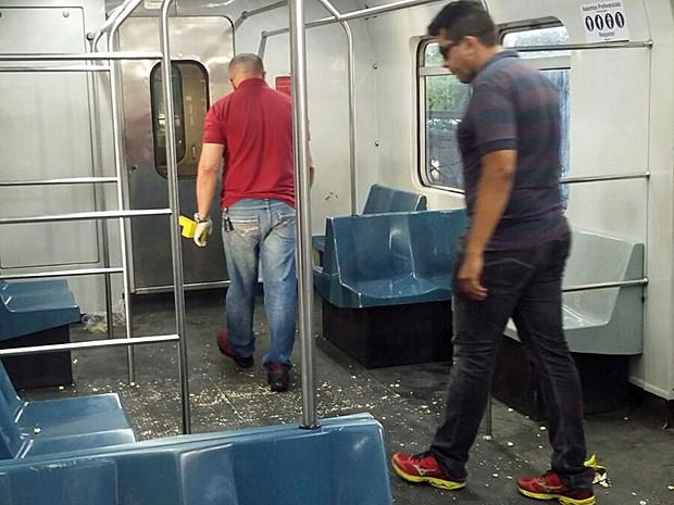 Vagão do metrô onde ocorreu investida passa por perícia (Foto: Gabriela Lisboa / TV Globo)