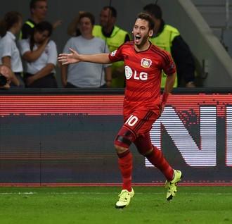 Calhanoglu comemora gol pelo Bayer Leverkusen (Foto: AFP)