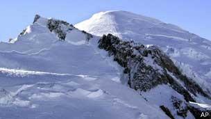 O Mont-Blanc, situado na Françax e na Itália, é o pico mais alto da Europa ocidental, com 4,8 mil metros de altitude. (Foto: AP Photo)