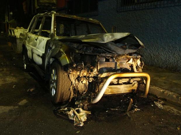 Carro incendiado (Foto: Marcos Bezerra / Futura Press / Estadão Conteúdo)